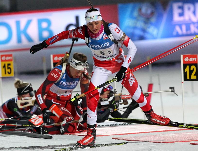Polska biathlonistka Monika Hojnisz wybiega ze strzelnicy na trzeciej zmianie biegu sztafetowego kobiet 4x6 km podczas mistrzostw świata w Novym Mescie na Morawach /Grzegorz Momot /PAP