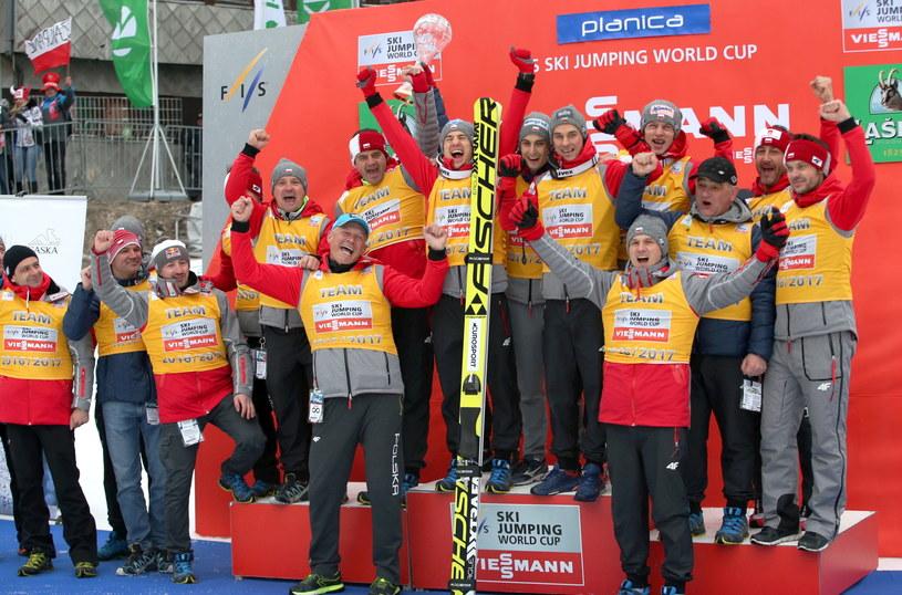 Polska drużyna skoczków wraz z całym sztabem na podium klasyfikacji Pucharu Narodów, po zakończeniu ostatniego w tym sezonie konkursu indywidualnego PŚ w skokach narciarskich /Grzegorz Momot /PAP
