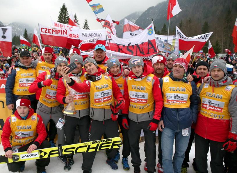 Polska drużyna skoczków wraz z całym sztabem swiętuje zwycięstwo w klasyfikacji Pucharu Narodów, po zakończeniu ostatniego w tym sezonie konkursu indywidualnego PŚ w skokach narciarskich /Grzegorz Momot /PAP