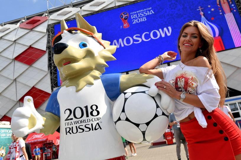 Polska fanka pozuje do zdjęcia przed meczem Orłów z Senegalem /Bartłomiej  Zborowski /PAP
