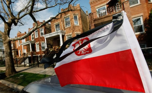Polska flaga z kirem na samochodzie w Chicago /AFP