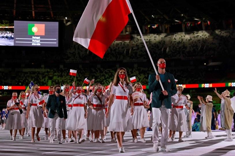 Polska na ceremonii otwarcia igrzysk w Tokio. W pierwszym rzędzie Maja Włoszczowska i Paweł Korzeniowski /AFP