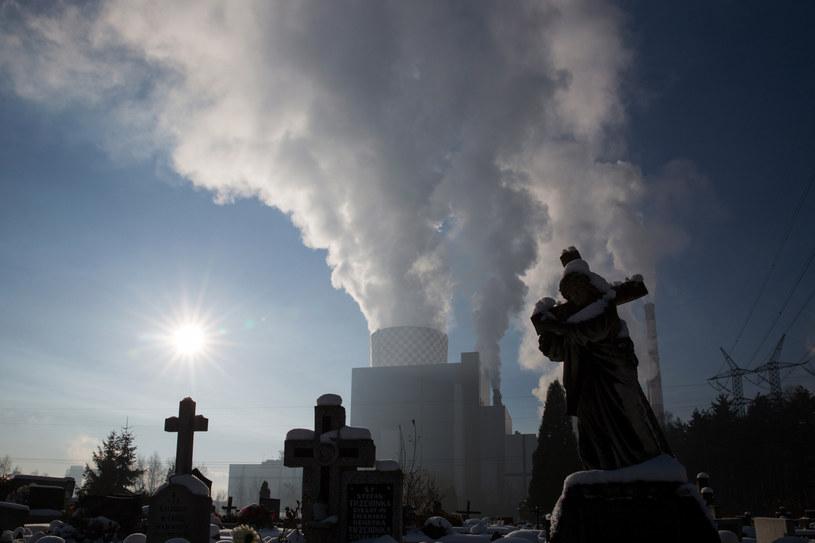 Polska nadal boryka się z zanieczyszczeniem powietrza. Szkodliwe substancje emitują zakłady przemysłowe, elektrownie, ale i my sami. Od niedawna badacze alarmują, że do znanych nam skutków wdychania toksyn doszedł jeszcze jeden: problem z funkcjami rozrodczymi u mężczyzn