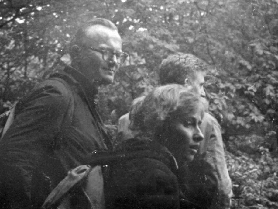 Polska, pierwsza połowa lat 50. XX w. Ksiądz Karol Wojtyła na wycieczce z młodzieżą akademicką w Parku Ojcowskim /PAI /PAP