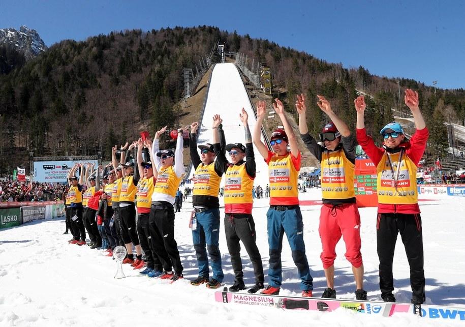 Polska reprezentacja cieszy się ze zdobycia Pucharu Narodów podczas ceremonii dekoracji po zawodach Pucharu Świata w skokach narciarskich w słoweńskiej Planicy w 2019 roku / Grzegorz Momot    /PAP