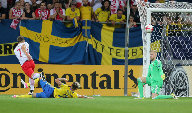 Polska - Szwecja na Euro U21 w Lublinie, na szwedzką bramkę strzela Karol Linetty. Na Euro 2020, które zostało przełożone na 2021 roku, w meczu Szwecji i Polski Linetty może powtórzyć swój wyczyn ze spotkania ze Słowacją i strzelić gola /Tomasz Jastrzebowski/Foto Olimpik /Newspix