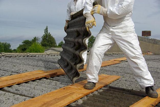 Polska zobowiązała się wobec Brukseli, że do 2032 roku pozbędzie się azbestu /©123RF/PICSEL