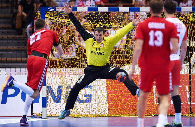 Polski bramkarz Sławomir Szmal (C) podczas meczu z Rosją /Adam Warżawa /PAP