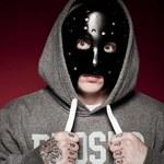 """""""Polski Eminem"""" - człowiek w masce"""