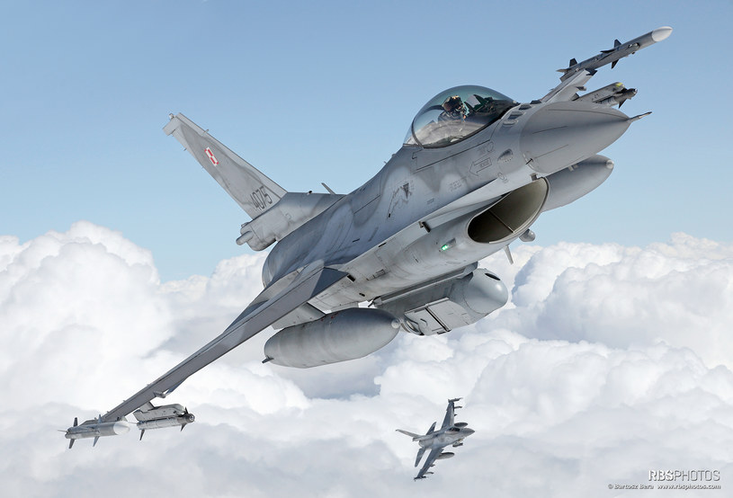 Polski F-16 z podwieszonym pod kadłubem zasobnikiem rozpoznawczym DB-110 /Bartek Bera /INTERIA.PL