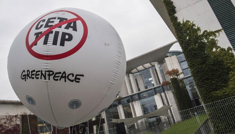 """""""Polski rząd zgadza się na wiele niekorzystnych zapisów CETA, by nie zwrócić na siebie uwagi międzynarodowych instytucji finansowych i ponownie nie znaleźć się na ich celowniku"""" /AFP"""