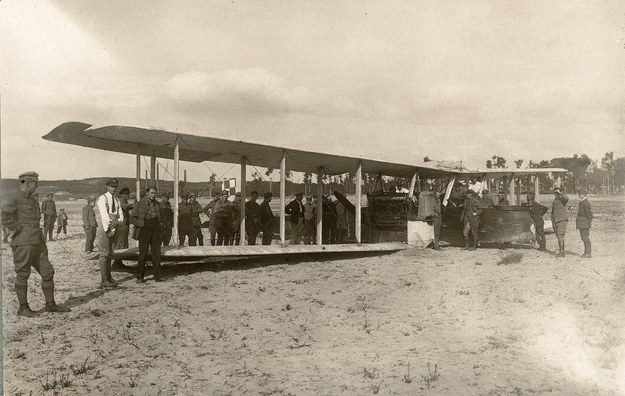 Polski samolot bombowy Gotha G. IV z 21 Eskadry Niszczycielskiej, po bombardowaniu pozycji sowieckich, sierpień 1920 Na ogonie szachownica, na dziobie orzeł. /Agencja FORUM