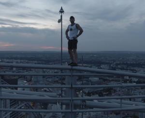"""""""Polski Spider-Man"""" Marcin Banot znowu w akcji. Wszedł bez zabezpieczeń na wieżowiec w Paryżu"""