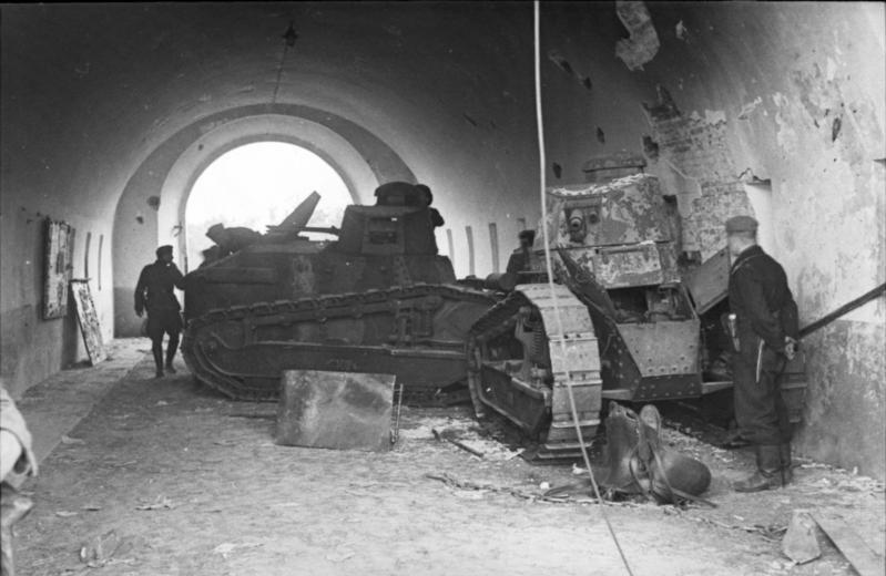 Polskie czołgi jako zapora w bramie cytadeli Twierdzy Brzeskiej, 1939 rok. Polscy bakteriolodzy mieli tu prowadzić badania na ludziach /Odkrywca