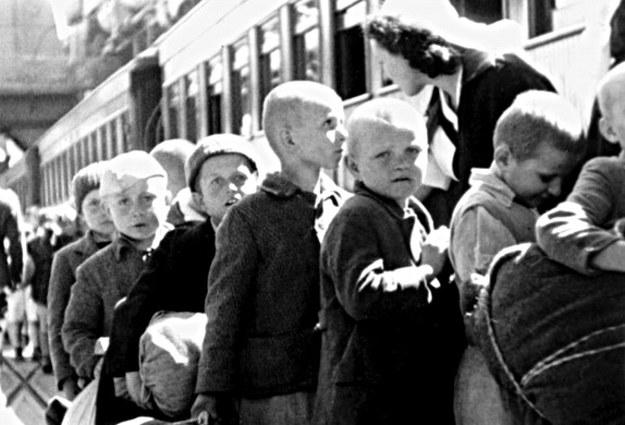 Polskie dzieci po przybyciu do Nowej Zelandii wsiadają do pociągu /kresy-siberia.org /