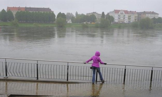 Polskie firmy wytwarzające urządzenia do ochrony przed wielką wodą, nie nadążają z produkcją /AFP