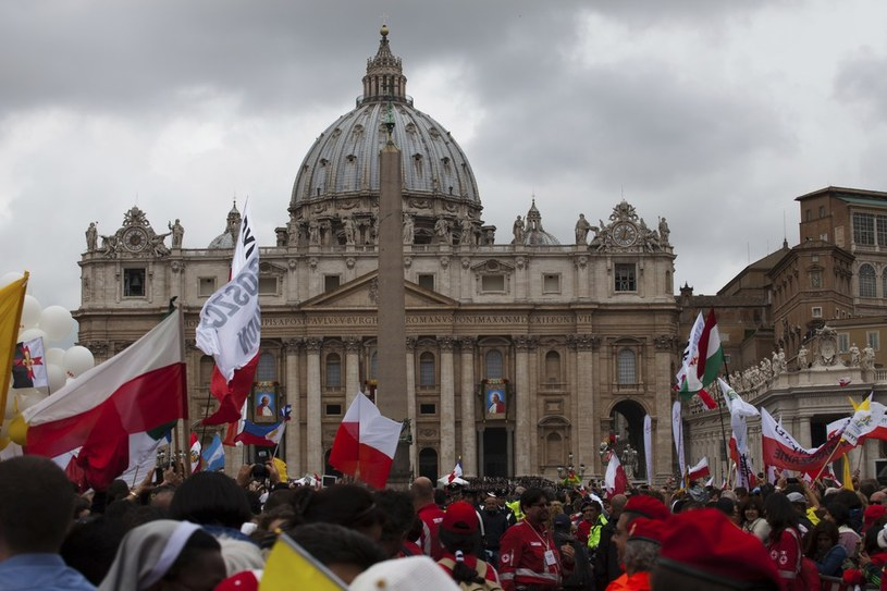 Polskie flagi na tle Bazyliki św. Piotra w Watykanie. /Lidia Mukhamadeeva /Reporter