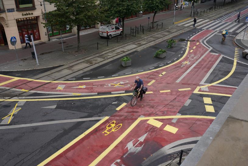 Polskie miasta zabierają drogi, za które kierowcy płacą podatek i oddają je rowerzystom. Ten koszmarek kilka lat temu powstał w Poznaniu /Waldemar Wylegalski/Polska Press/East News /