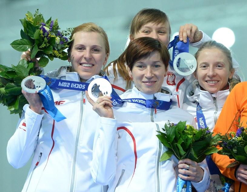 Polskie panczenistki z medalami w Soczi: Katarzyna Bachleda-Curuś, Natalia Czerwonka, Katarzyna Woźniak i Luiza Zlotkowska /AFP