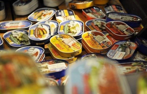 Polskie ryby w konserwach sprzedają się doskonale /AFP