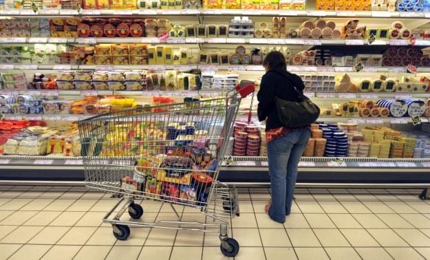 Polskie sieci handlowe przegrywają walkę o klientów z sieciami reprezentującymi kapitał zagraniczny /AFP