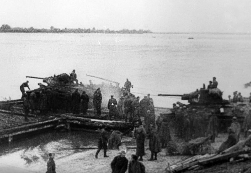 Polskie T-34-76 przekraczają Odrę /INPLUS /East News