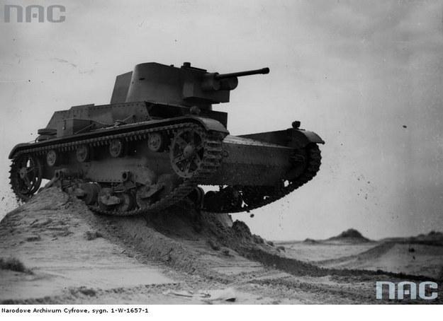 Polskiej konstrukcji czołg 7 TP podczas ćwiczeń na poligonie /Z archiwum Narodowego Archiwum Cyfrowego