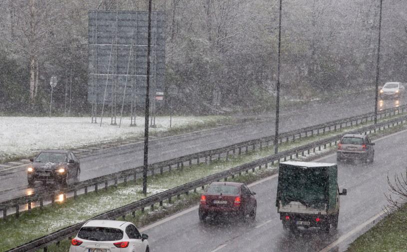 Silny wiatr i śnieg: 156 tys. odbiorców bez prądu