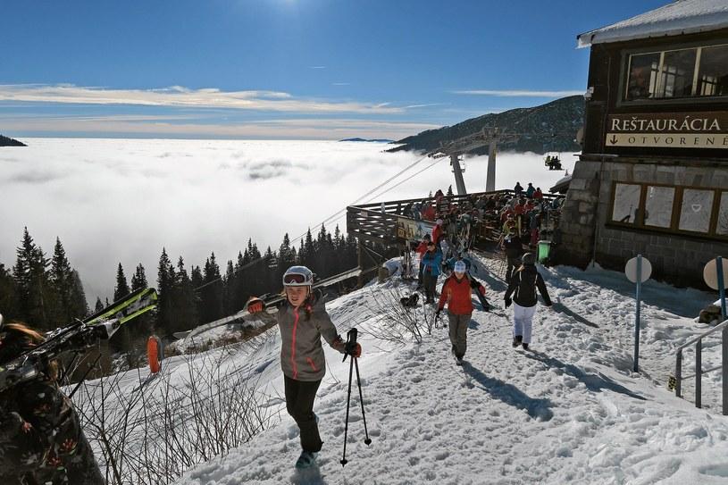 Południowe stoki i trasy narciarskie Kosodrewina w chmurach ukryty rejon Horehronie /Marek Podmokly  /