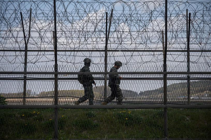 Południowokoreańscy żołnierze patrolują granicę /AFP