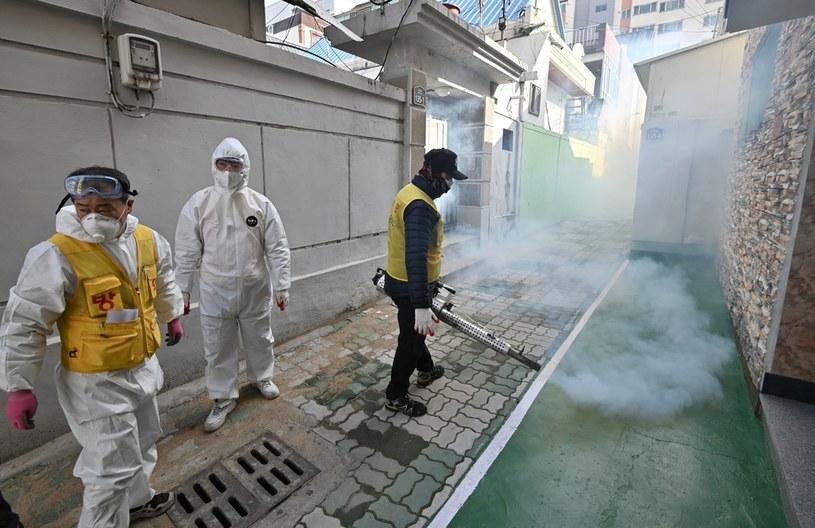 Południowokoreański pracownik służby zdrowia rozpyla środek dezynfekujący w ramach środków zapobiegawczych przeciwko rozprzestrzenianiu się koronawirusa COVID-19 /AFP