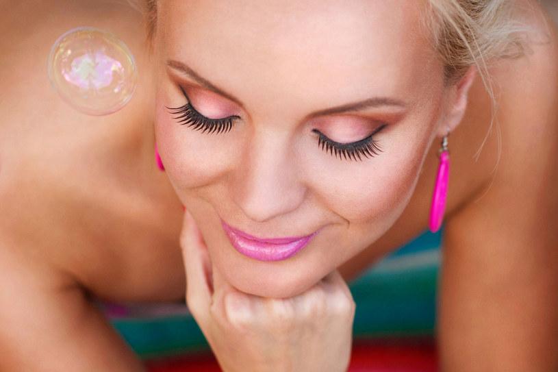 Pomadki do ust nie tylko sprawiają, że wargi są pełniejsze i kuszące. Szminki chronią delikatny naskórek przed szkodliwym działaniem promieni UV /123RF/PICSEL