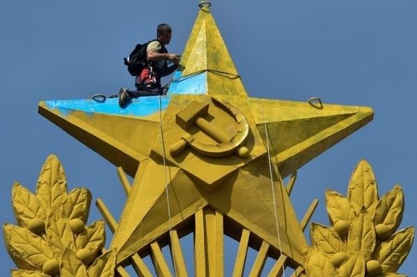 Pomalowana gwiazda na jednym z wieżowców w Moskwie /AFP