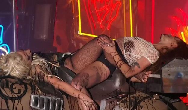 """""""Pomalowana wymiotami"""" Lady Gaga oraz performerka Millie Brown /"""