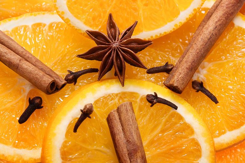 pomarańcza i goździki /© Photogenica