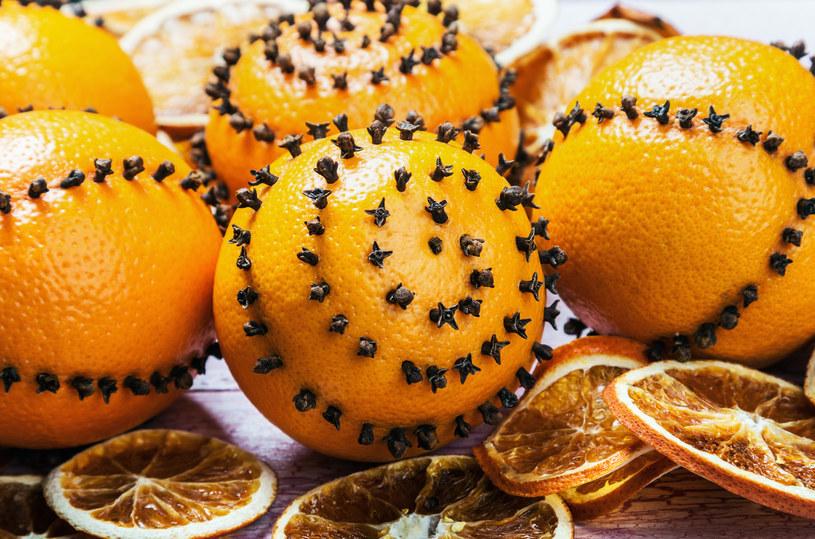 Pomarańcze i goździki to prawdziwy zapach świąt! /123RF/PICSEL