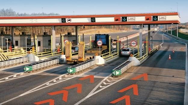 Pomarańczowe oznakowanie na jezdni, informuje o zbliżaniu się do bramki obsługującej tylko płatność elektroniczną. /Motor