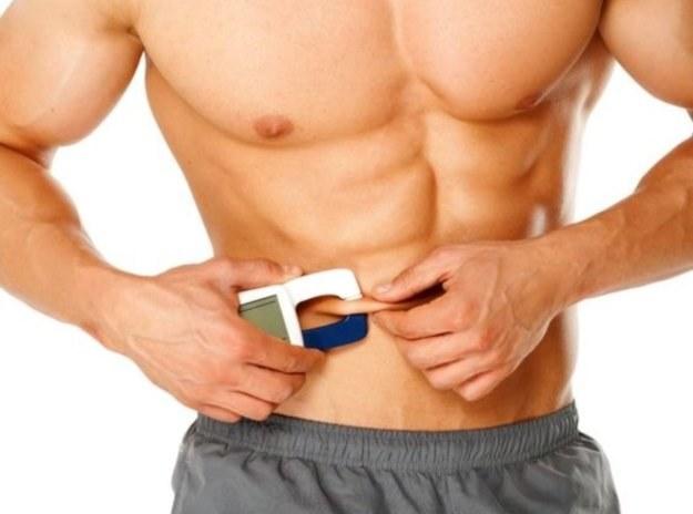 Pomiar tkanki tłuszczowej za pomocą clipera /123RF/PICSEL