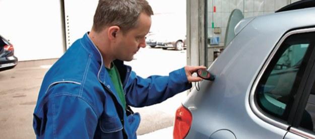 Pomiary wykazały, że 7-letni VW Tiguan miał powłokę o 20 μm cieńszą niż nowy. /Motor