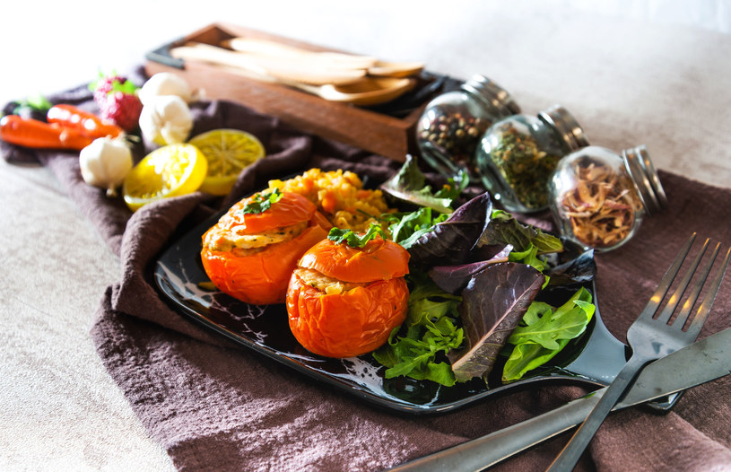 Pomidory faszerowane fetą, soczewicą i miętą /123RF/PICSEL