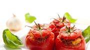 Pomidory faszerowane kaszą z serem i kiełbasą