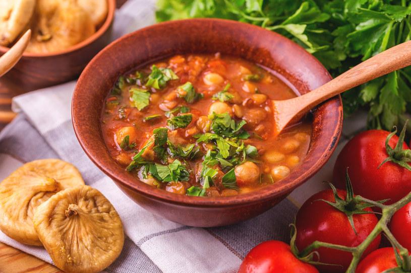 Pomidory to bogactwo witamin. Poprawiają kondycję naszego serca oraz działają przeciwnowotworowo. Te okrągłe, gruntowe mają dużo soku i są najlepsze na przetwory i zupy /123RF/PICSEL
