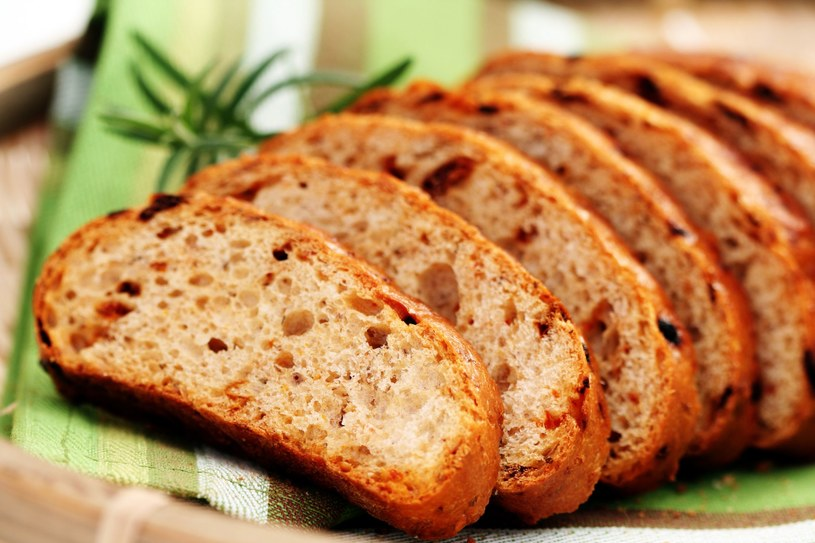Pomiędzy chleb czy kawałki chleba, a także bułki włóż obrany surowy ziemniak /123RF/PICSEL