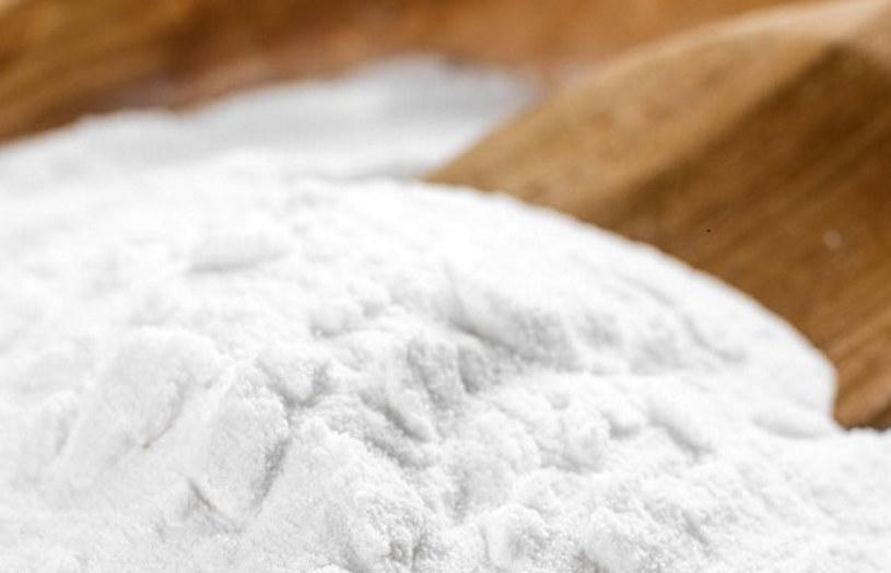 Pomiędzy szczelinami warto rozsypać sodę - mniszek nie wyrośnie /123RF/PICSEL