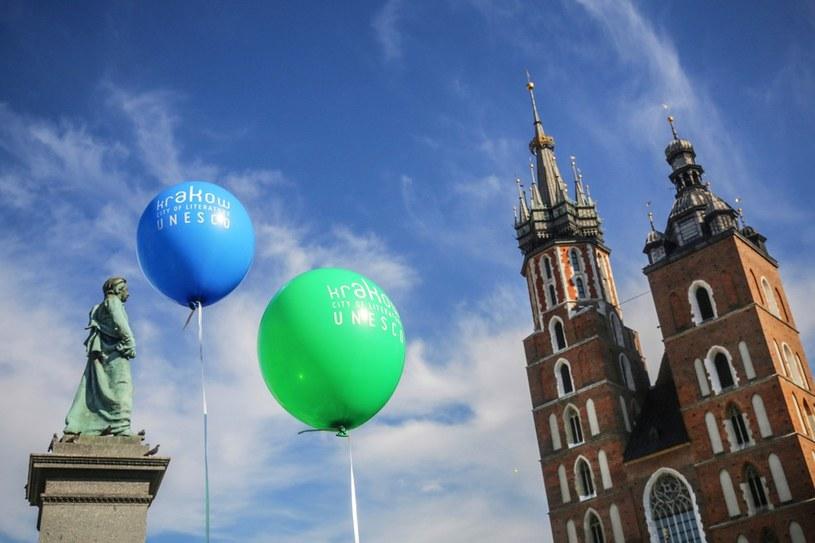 Pomnik Adama Mickiewicza na rynku w Krakowie /Beata Zawrzel /Reporter