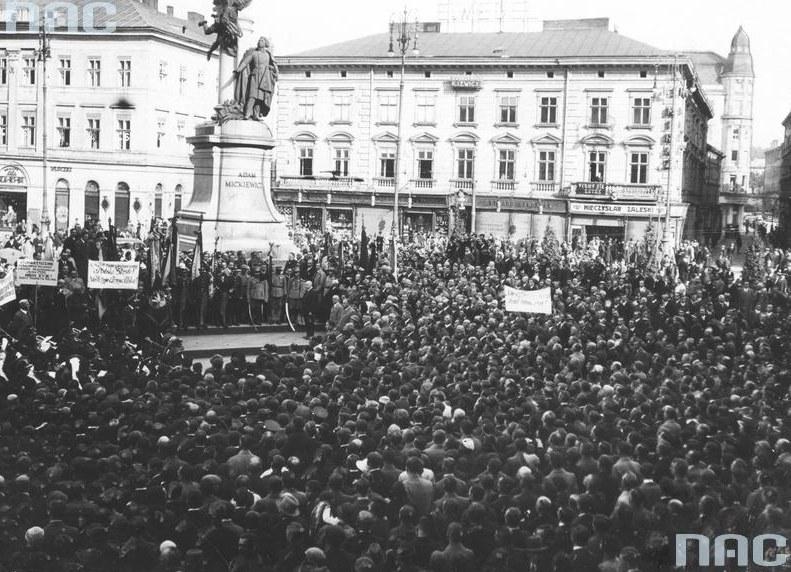 Pomnik Adama Mickiewicza we Lwowie /Z archiwum Narodowego Archiwum Cyfrowego