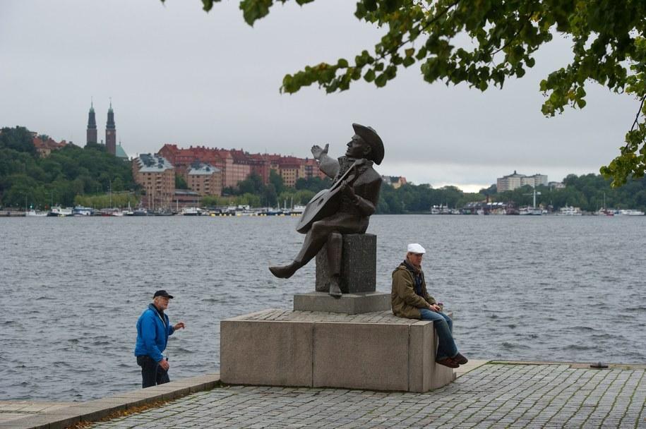 Pomnik Everta Taube, szwedzkiego pisarza, kompozytora i piosenkarza na nabrzeżu Sztokholmu /Grzegorz Michałowski /PAP