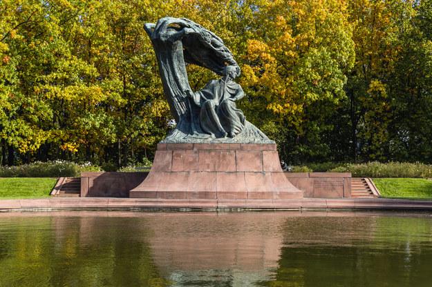 Pomnik Fryderyka Chopina w warszawskich Łazienkach /shutterstock /