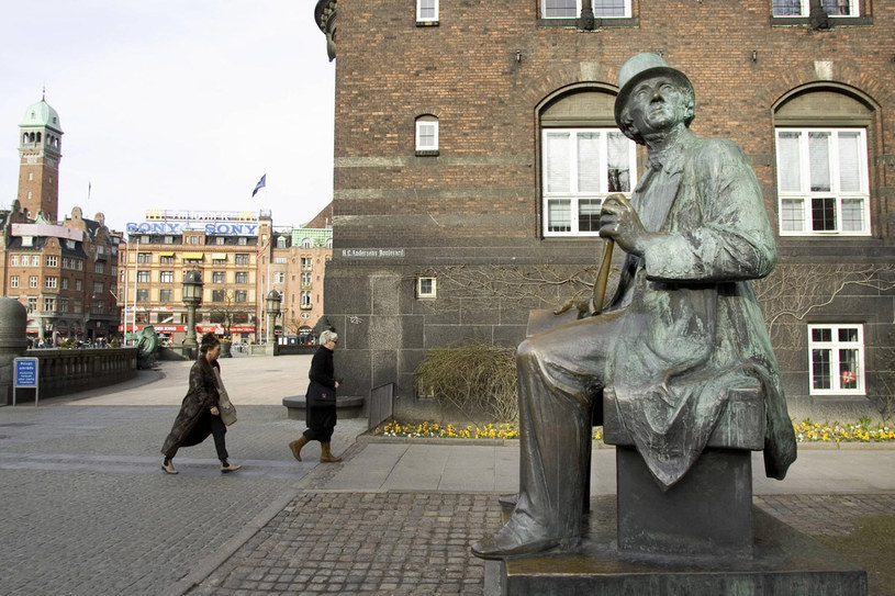 Pomnik Hansa Christiana Andersena na placu Ratuszowym /AFP
