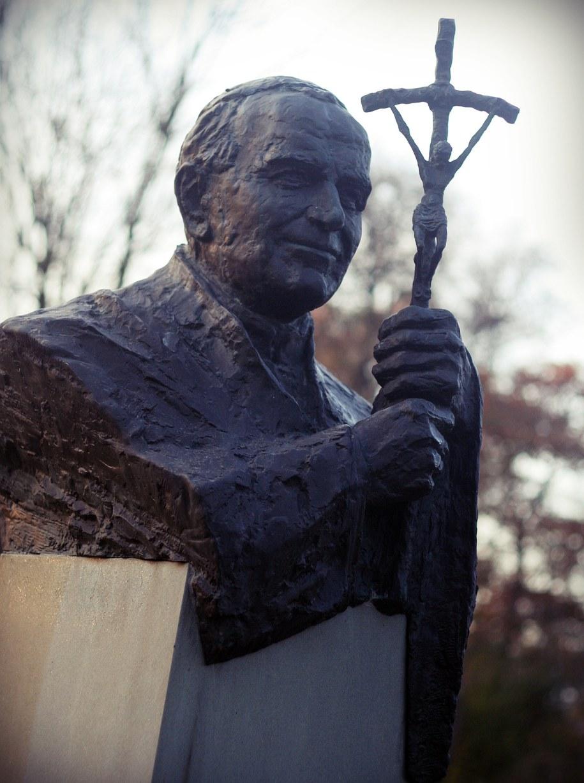 Pomnik Jana Pawła II w Parku Jordana w Krakowie /RMF FM